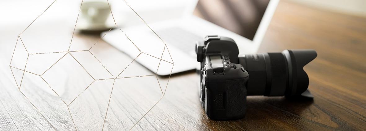 Kamera auf Schreibtisch mit grafischer Form aus der heiligen Geometrie