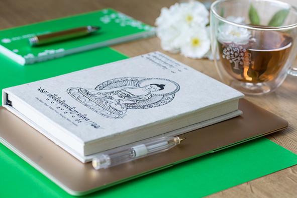 Printmedien , Karten, Flyer, Buch und Laptop sinnbildlich für Print-Design